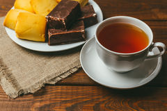 Чашка чаю и печенья с квадратным зефиром в шоколаде Стоковые Изображения