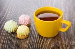 Чашка чаю и печенья с хлопьями суфла и кокоса Стоковая Фотография RF