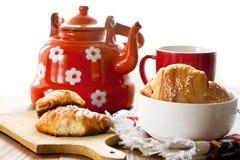 чашка чаю и свежие крены стоковое изображение rf