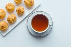 Чашка чаю и сладостные печенья Стоковая Фотография