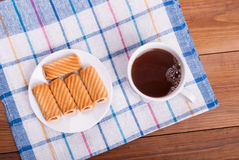 Чашка чаю и сладостные печенья Стоковые Фотографии RF
