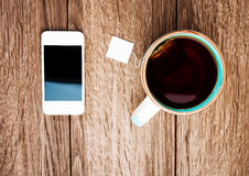 Чашка чаю и телефон стоковое фото rf