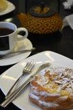 Чашка чаю и чайник и торт на черной предпосылке Стоковая Фотография RF