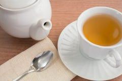 Чашка чаю и чайник стоковые изображения rf