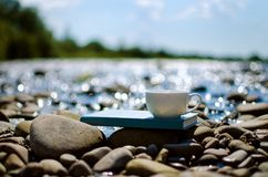 Чашка чаю, кофе, какао в воде на аисте на каменистом d стоковая фотография