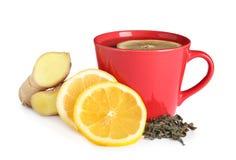 Чашка чаю, куски лимона и имбирь стоковое изображение