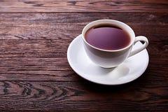 Чашка чаю на деревянном взгляд сверху предпосылки стоковое изображение