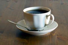 Чашка чаю на деревянном столе Стоковая Фотография RF
