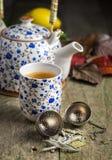 Чашка чаю осени с чайником на деревенской таблице Стоковая Фотография