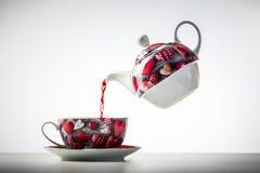 Чашка чаю от levitating чайника Стоковое Изображение