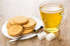 Чашка чаю, печенья в плите и кусковатый сахар Стоковые Изображения