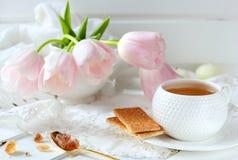 Чашка чаю, печенья и сахар карамельки Стоковое Фото