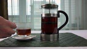 Чашка чаю помещена на поддоннике видеоматериал