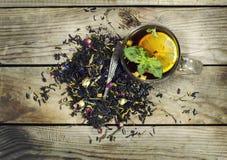 Чашка чаю с лимоном на деревянной предпосылке Стоковое Изображение RF