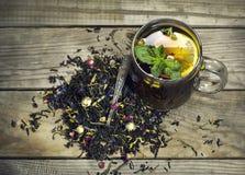 Чашка чаю с лимоном на деревянной предпосылке Стоковые Изображения RF