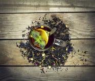 Чашка чаю с лимоном на деревянной предпосылке Стоковая Фотография