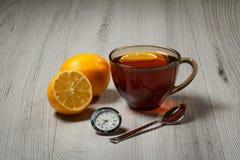 Чашка чаю с лимоном на деревянном столе Стоковое Изображение RF
