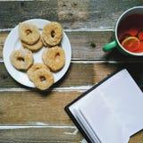 чашка чаю с лимоном, домодельными печеньями и тетрадью Стоковое фото RF