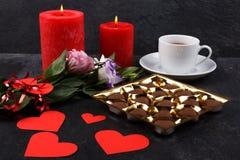 Чашка чаю с коробкой шоколадов и свечей на каменной предпосылке Стоковые Изображения RF
