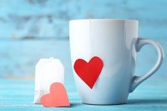 Чашка чаю с красными сердцами стоковое изображение