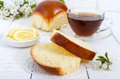 Чашка чаю с мягкой плюшкой, кусками лимона хороший старт к дню стоковые изображения rf