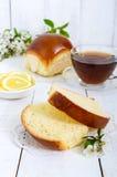 Чашка чаю с мягкой плюшкой, кусками лимона хороший старт к дню стоковое изображение rf