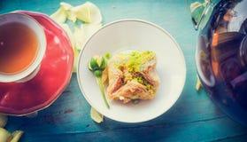 Чашка чаю с домодельным тортом печенья Phyllo на голубой затрапезной шикарной предпосылке Стоковое Фото