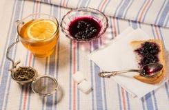 Чашка чаю с стрейнером чая на ткани таблицы Стоковое Фото