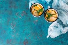 Чашка чаю с яблоками и базиликом Стоковые Изображения