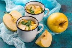 Чашка чаю с яблоками и базиликом Стоковая Фотография