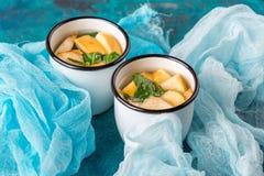 Чашка чаю с яблоками и базиликом Стоковые Фотографии RF