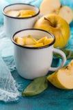 Чашка чаю с яблоками и базиликом Стоковое Изображение RF