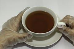 Чашка чаю с gloved рукой Стоковая Фотография RF