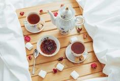 Чашка чаю, чайник, ложка и сахар Стоковое Изображение