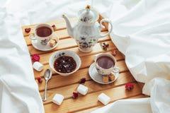 Чашка чаю, чайник, ложка и сахар Стоковые Фотографии RF