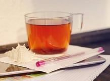 Чашка чаю, cockleshell моря, таблетка, карточка, ручка, туристская карта и тетрадь Стоковые Изображения RF