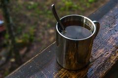 Чашка чаю statnding на wook стоковые фото