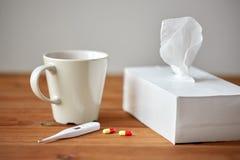 Чашка чаю, wipes бумаги и термометр с пилюльками Стоковая Фотография RF