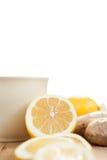 Чашка чая имбиря при лимон изолированный на белизне Стоковое Изображение