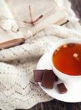 Чашка чая и книги яблока Стоковые Изображения