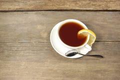 Чашка чая на деревянном столе или поле, XXXL Стоковое Изображение RF