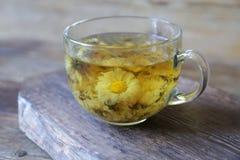 Чашка чая стоцвета на деревенской деревянной предпосылке стоковые изображения
