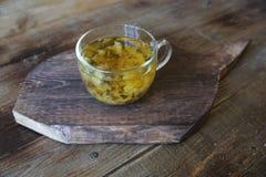 Чашка чая стоцвета на деревянной доске стоковое фото