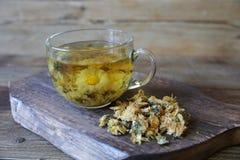 Чашка чая стоцвета с сухим стоцветом на деревянной доске стоковое фото rf