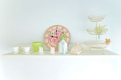 Чашка чая, часы и украшает год сбора винограда в полке Стоковая Фотография RF