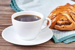 Чашка черного кофе и маковое семеня испекут Стоковая Фотография RF
