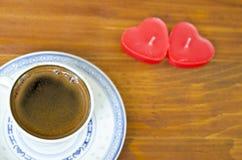 Чашка черного кофе и сердца сформировала свечи Стоковые Изображения RF