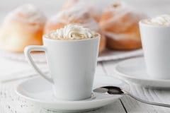 Чашка черного кофе и сладостной плюшки для завтрака, конца-вверх Стоковое Фото