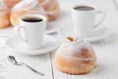 Чашка черного кофе и сладостной плюшки для завтрака, конца-вверх Стоковые Фото