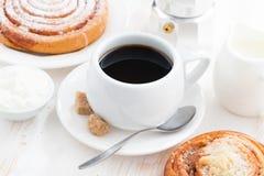 Чашка черного кофе и сладостной плюшки для завтрака Стоковые Фотографии RF
